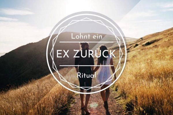 Paar auf Feldweg. Symbolbild mit Schriftzug: Lohnt ein Ex-Zurück-Ritual?