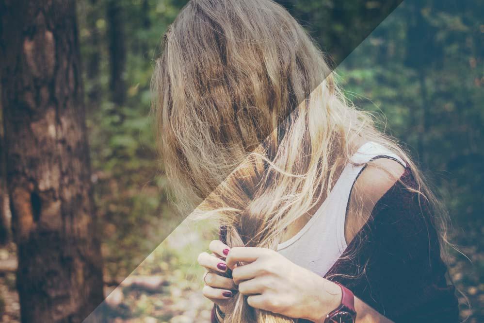 Spirituelle Frau mit von Haaren verdecktem Gesicht